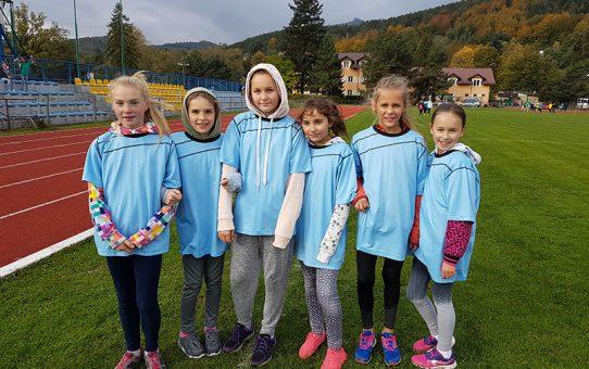 Dziewczęta z SP IV w Powiatowych Sztafetowych Biegach Przełajowych